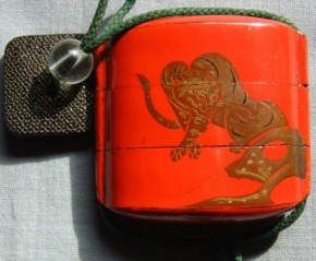 赤漆蒔絵竹虎図二段印籠  江戸時代  盗難品