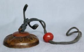銅製銀象嵌根付(7)  緒締はガラス製か