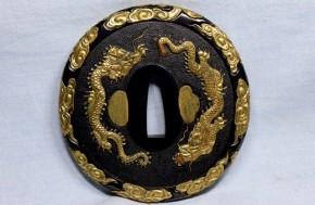 鍔(115) 赤銅石目地撫角形双龍図金色絵象嵌大鍔(1)   江戸時代   献上鍔