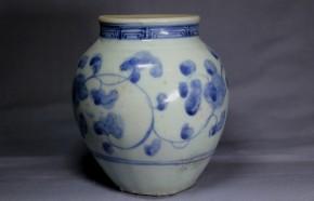 初期伊万里牡丹唐草文壺(1)   江戸時代初期(寛永年間)