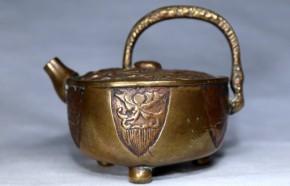 銅製陽刻牡丹花三足水滴   江戸時代