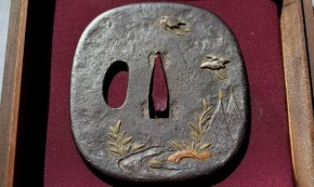 鍔(12)鉄地双鶴図高肉彫金銀色絵象嵌 江戸時代