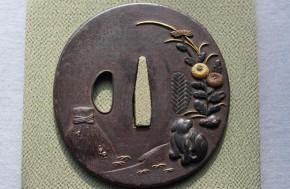 鍔(31)鉄磨地高彫犬菊花図金銀色絵象嵌鍔 江戸時代