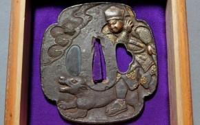 鍔(36)鉄地木瓜形高肉彫猟師と犬図金銀色絵象嵌大鍔 江戸時代