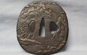 鍔(63)鉄地あおり形山水図象嵌大鍔 江戸時代