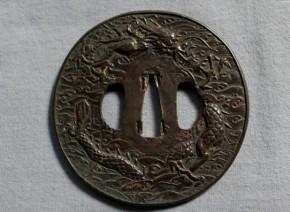 鍔(86)銅磨地高肉彫波龍剣図金象嵌大鍔 江戸時代