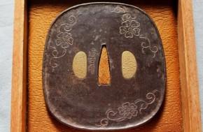 鍔(98)鉄磨地平彫下膨れ葡萄花蔓図鍔 江戸時代 「正日月」彫銘