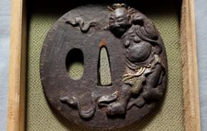 鍔(99)鉄地高肉彫金象嵌仁王図鍔 江戸時代 渡辺一誠利信