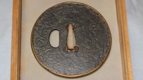 鍔(106) 鉄地毛彫唐獅子牡丹真鍮覆輪鍔 江戸時代