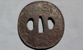 鍔(114)鉄地毛彫唐草文金象嵌鍔 江戸時代