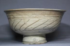 彫三島刷毛目羽衣文茶碗(1)   李朝時代初期