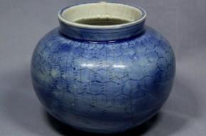 李朝瑠璃陰刻文壺(1-1)  李朝時代後期(18世紀)