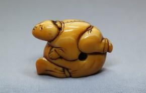 大袋に乗る人物根付(10) 象牙製  江戸時代