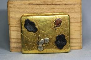 銅金貼高肉彫金銀色絵象嵌口紅入   明治時代