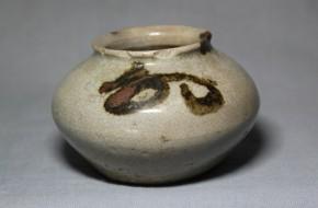 李朝鉄砂小壷   李朝時代中期(17世紀)