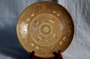 高麗青磁白黒象嵌皿   13世紀