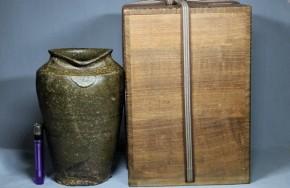 新羅伊羅保釉長壺   7~8世紀