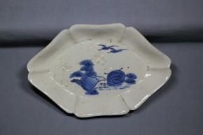 藍九谷手海水図変形皿      江戸時代前期